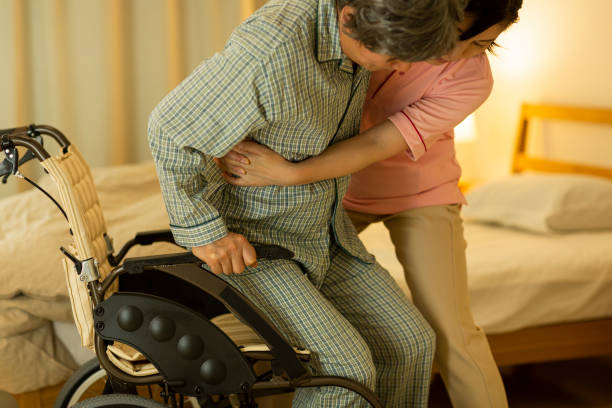 verzorger zorg voor senior man - thuiszorg stockfoto's en -beelden
