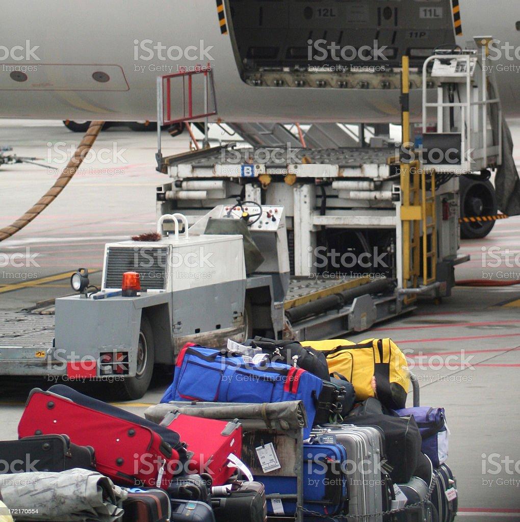 cargando maletas stock photo