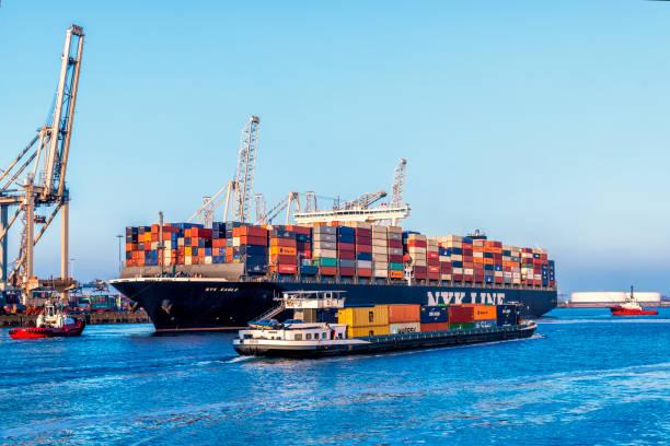Cargo containerschip op een containerterminal in de Rotterdamse haven foto