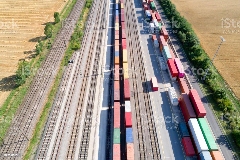 Frachtcontainer und Güterzüge, Luftbild – Foto