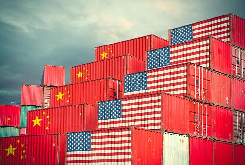 Frachtcontainer Mit Chinesen Und Usa Flagge Stockfoto und mehr Bilder von Asien