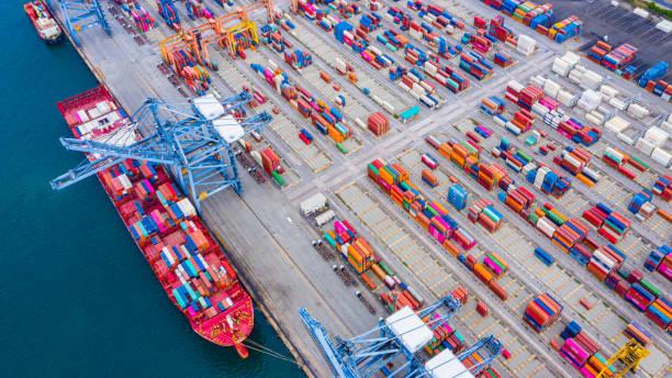 Frachtverladehafen und Containership Ship Cargo Carrier. Import Export Logistik und Export Produkte weltweit – Foto