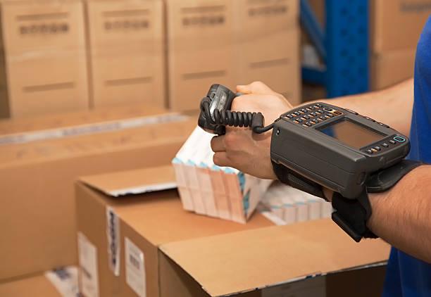 Cargo-Mann, die auf digitale Geräte – Foto