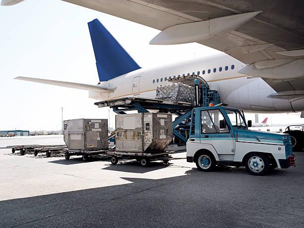 cargo plane - airport pickup stockfoto's en -beelden