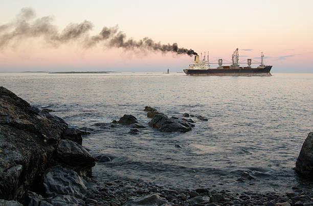 cargo pollution - industrieel schip stockfoto's en -beelden