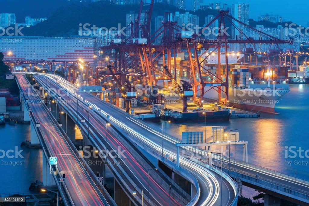 Frachthafen und Autobahn – Foto