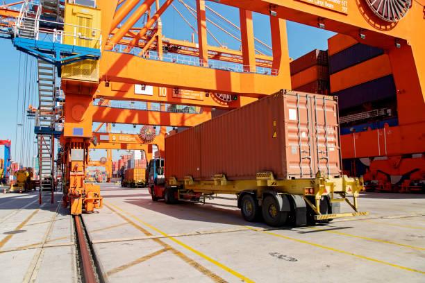 Frachtschiff wird mit Containern im Hafen beladen. – Foto