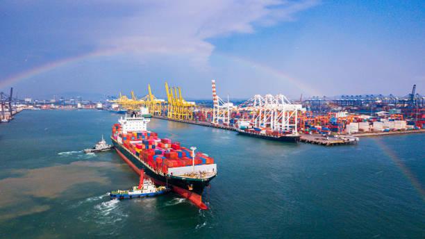 Frachtschiff docking Frachthafen an einem regnerischen Tag und mit einem Regenbogen – Foto