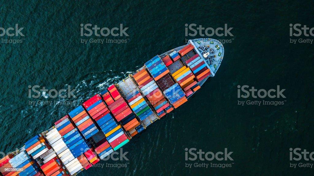 Frachtschiff im Import-Export und Logistik, Versand Logistik und Transport von internationalen Containerladung auf dem offenen Meer, Luftaufnahme von Drohne. - Lizenzfrei Anlegestelle Stock-Foto