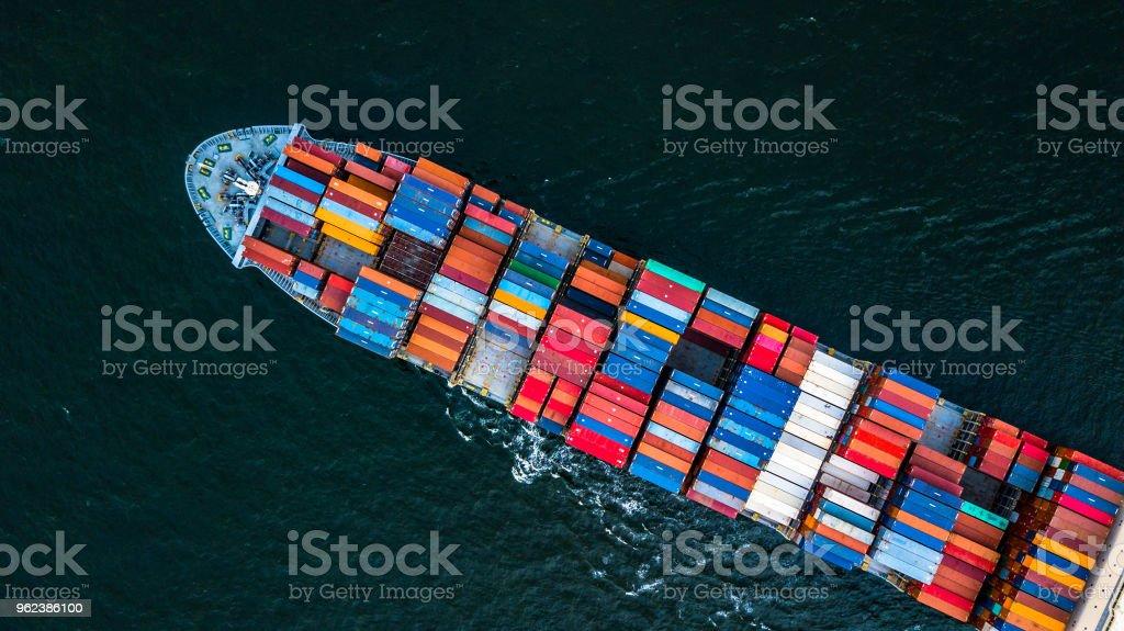 Buque de carga en importación exportación y logística empresarial, logística y transporte de carga internacional nave en mar abierto, tiro aéreo de drone. - foto de stock