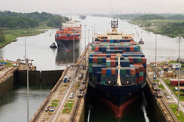 Cargo Schiff in Panama Canal – Foto