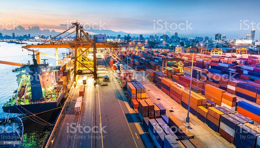 Frachtschiff im Hafen bei Sonnenuntergang. Lizenzfreies stock-foto