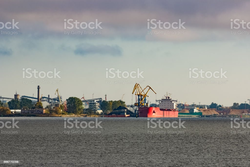 Cargo ship in the port foto stock royalty-free