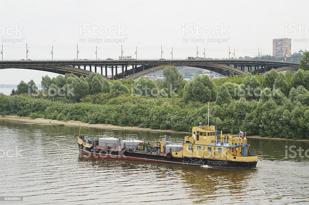 Грузовой корабль на реке стоковое фото