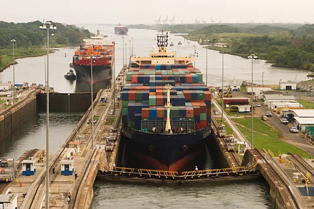 Cargo-Schiffe bei der Einfahrt in den Panamakanal – Foto