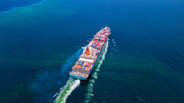 Frachtschiffe mit vollen Containereinnahmen für den Import und Export von Produkten weltweit – Foto