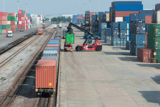 cargo-bahn bahnsteig mit güterzug container im depot - schienenverkehr stock-fotos und bilder