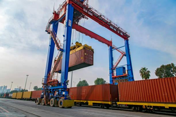 Güterzugplattform mit Güterzugcontainer in einem Hafen für Exportlogistik. – Foto