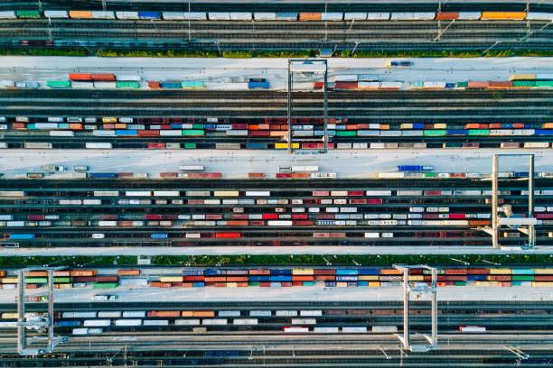 les trains de fret et des conteneurs dans un terminal - transport ferroviaire photos et images de collection