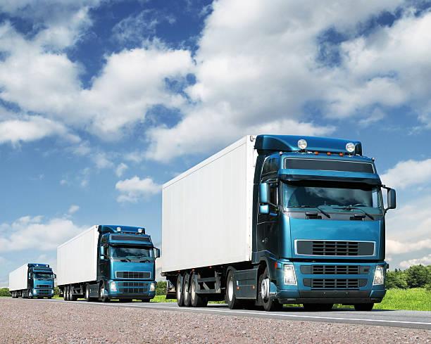 Cargo-Lkw auf der Autobahn caravan – Foto