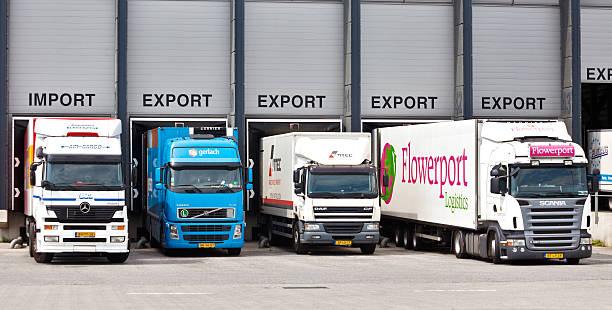 Cargo-LKWs an der Laderampe – Foto