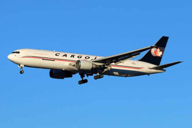 """cargojet airways boeing 767-328/er c-gvij landet auf dem internationalen flughafen """"scheremetjewo"""". - b767 stock-fotos und bilder"""