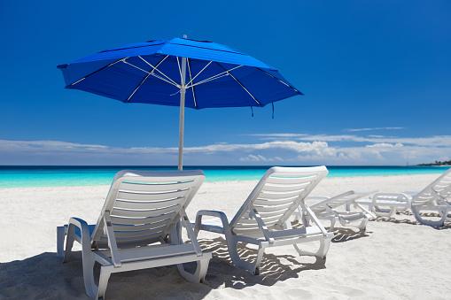 カリブ海のビーチパラソルブルーと白のベッド - カリブ海のストックフォトや画像を多数ご用意