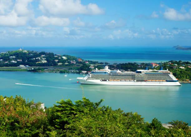 Karibik, Kreuzfahrtschiff vor der Insel St. Lucia. – Foto