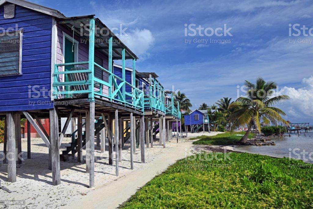 Caribe Casas sobre pilotes en la playa - foto de stock