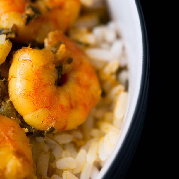 karibik leckeres curry-garnelen, garnelen und weißer reis in bowl - großes 1x1 stock-fotos und bilder