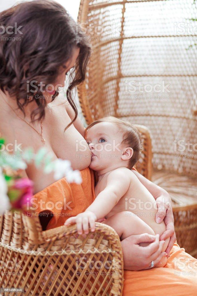baby stillen nackt
