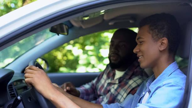 omtänksam förälder undervisning son hur man kör bil, tillbringa tid tillsammans, familj - driving bildbanksfoton och bilder