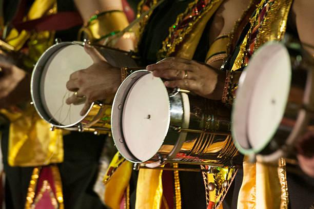 carnaval-brasilien - sambatrommeln stock-fotos und bilder