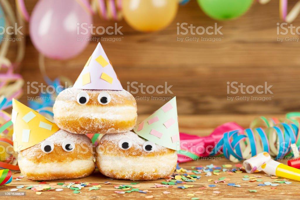 Karneval-Hintergrund mit Party Dekoration und Kuchen – Foto