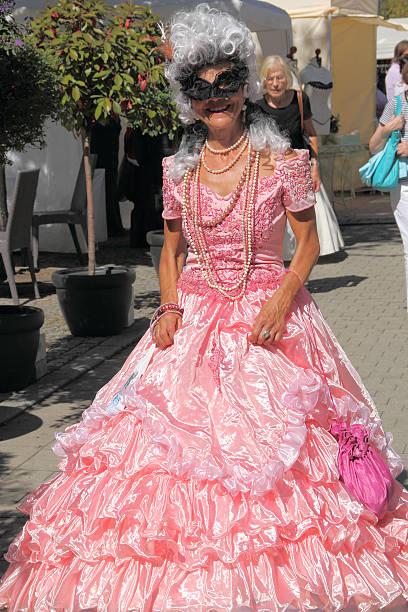 carnival bekleidung kleidung - rosa camo party stock-fotos und bilder