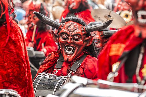 karneval farbenfrohen fastnachtsumzug umzug in der schweiz - fasnacht stock-fotos und bilder
