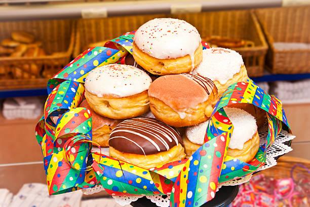carnival donuts vielfalt - deutscher schokoladen zuckerguss stock-fotos und bilder