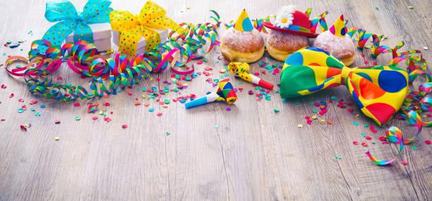 karneval-donuts mit luftschlangen und partei fliege - karnevalskostüme köln stock-fotos und bilder