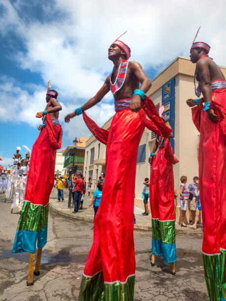 Karneval in Dominica, Westindien. Parade - Gruppe auf Stelzen – Foto
