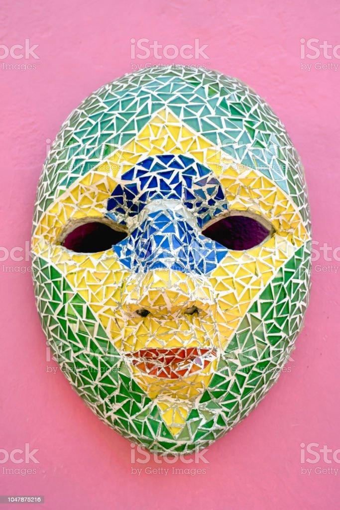 Máscara de carnaval na parede, em Olinda, Pernambuco, Brasil. - foto de acervo