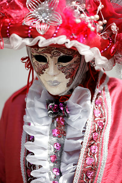 karneval maske unter rosa kleidung - rosa camo party stock-fotos und bilder