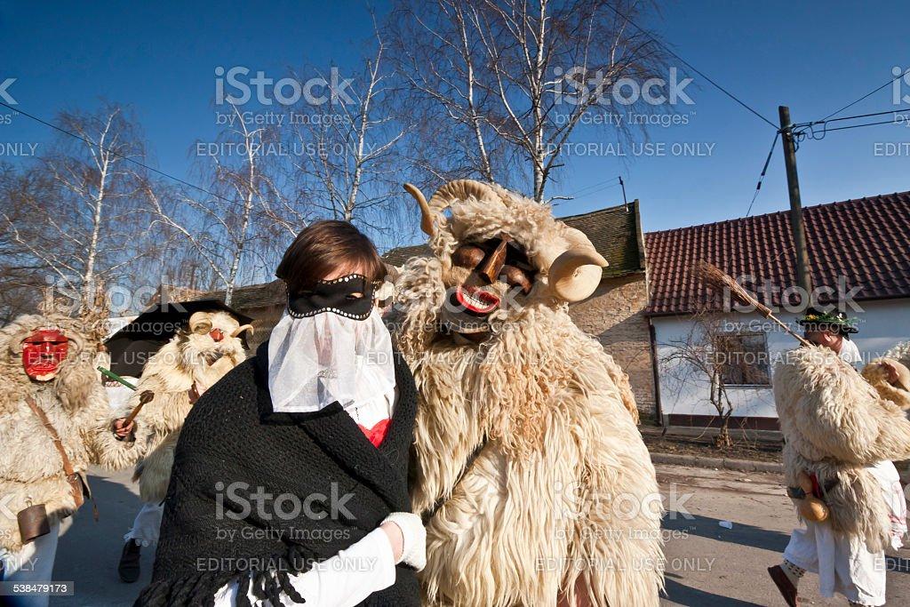 Carnaval masker en fourrure, avec une fille'Sokac' - Photo