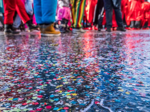 karnevalsumzug in deutschland - karnevalskostüme köln stock-fotos und bilder
