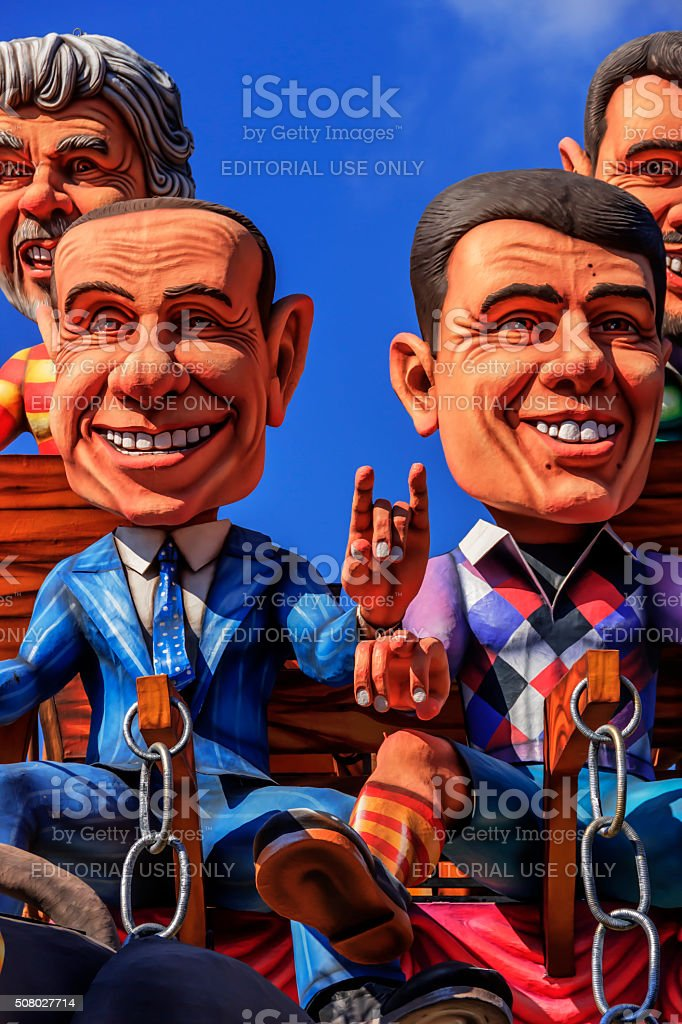 Carnevale Putignano: Float. Italiano politici: superstitious gestures.ITALY (Apulia) - foto stock