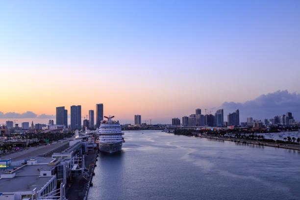 karneval-vista kreuzfahrtschiff im hafen von miami verankert - modernes disney stock-fotos und bilder