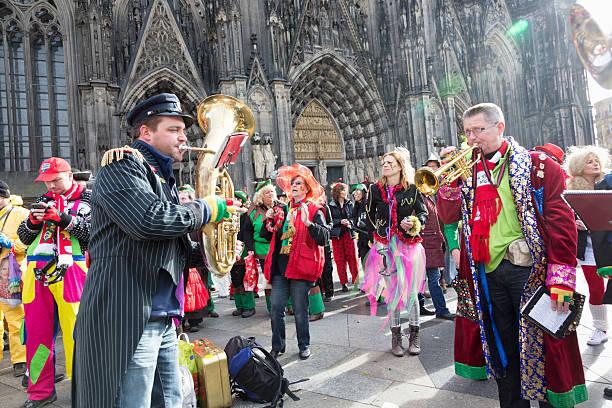 carnival weiberfastnacht feier-band spielt menschen-tanz - karnevalskostüme köln stock-fotos und bilder
