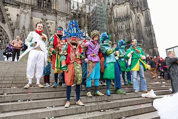carnival weiberfastnacht feier gruppe von männern kölner dom - karnevalskostüme köln stock-fotos und bilder