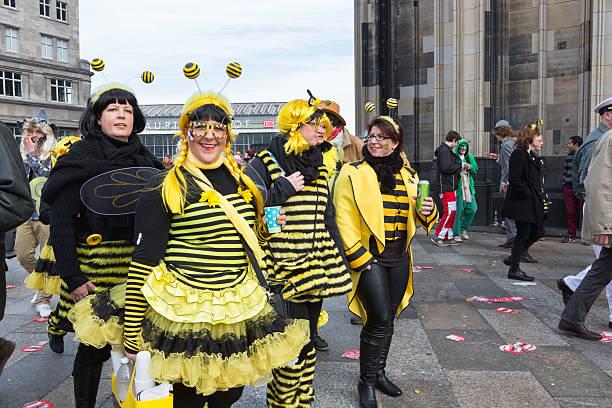 carnival weiberfastnacht feier gruppe von frauen bienenkostüm - karnevalskostüme köln stock-fotos und bilder