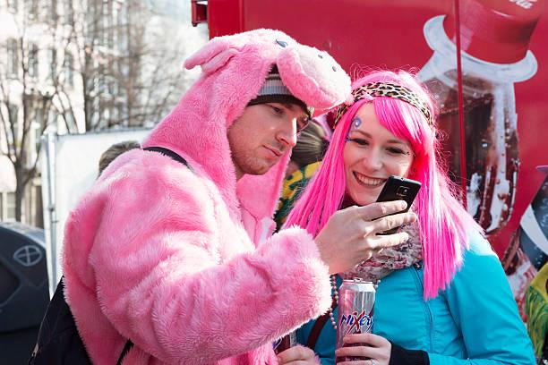 carnival weiberfastnacht feier - karnevalskostüme köln stock-fotos und bilder
