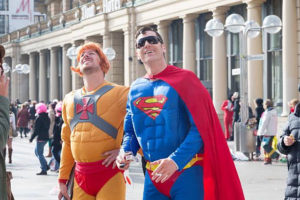 carnival weiberfastnacht feier superman-kostüm - karnevalskostüme köln stock-fotos und bilder